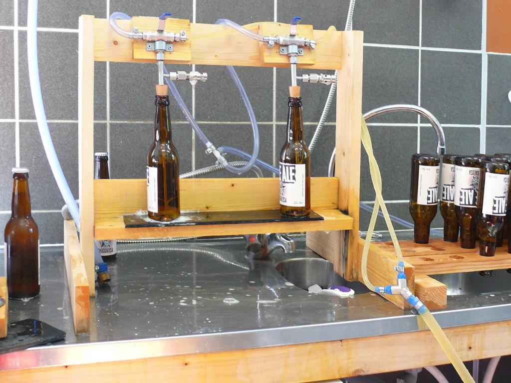 Flaskningen görs helt manuellt och är ganska tidskrävande. En flaskningsmaskin kostar en dryg halv miljon i enklaste och billigaste utförande.