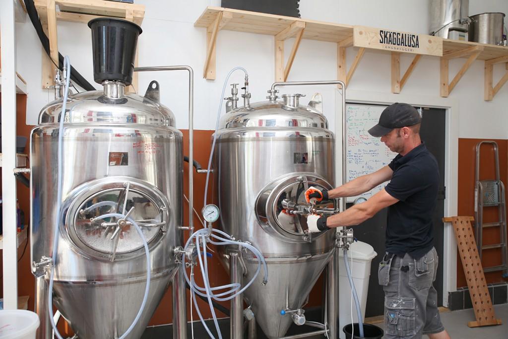 Bryggeriet har numera batchstorlekar på 600 liter, men Björn brukar brygga kring 500 liter för att det är enklare. Kok och mäskkärlen är byggda av Wedholms mjölktankar på 600 liter. Kokkärlets kylslinga är kopplat till ångpannan och värmer i stället för kyler.
