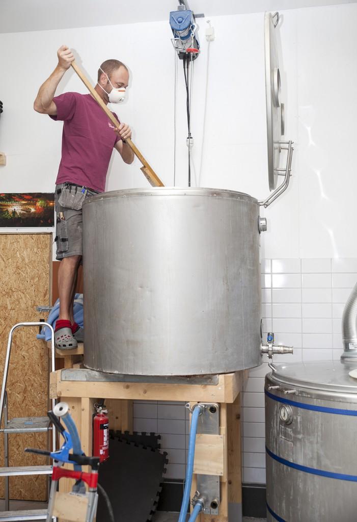 Här har Björn just mäskat in. Han blandar krossad malt med varmt vatten för att uppnå rätt mäsktemperatur (ca 65 grader) i mäskkärlet.