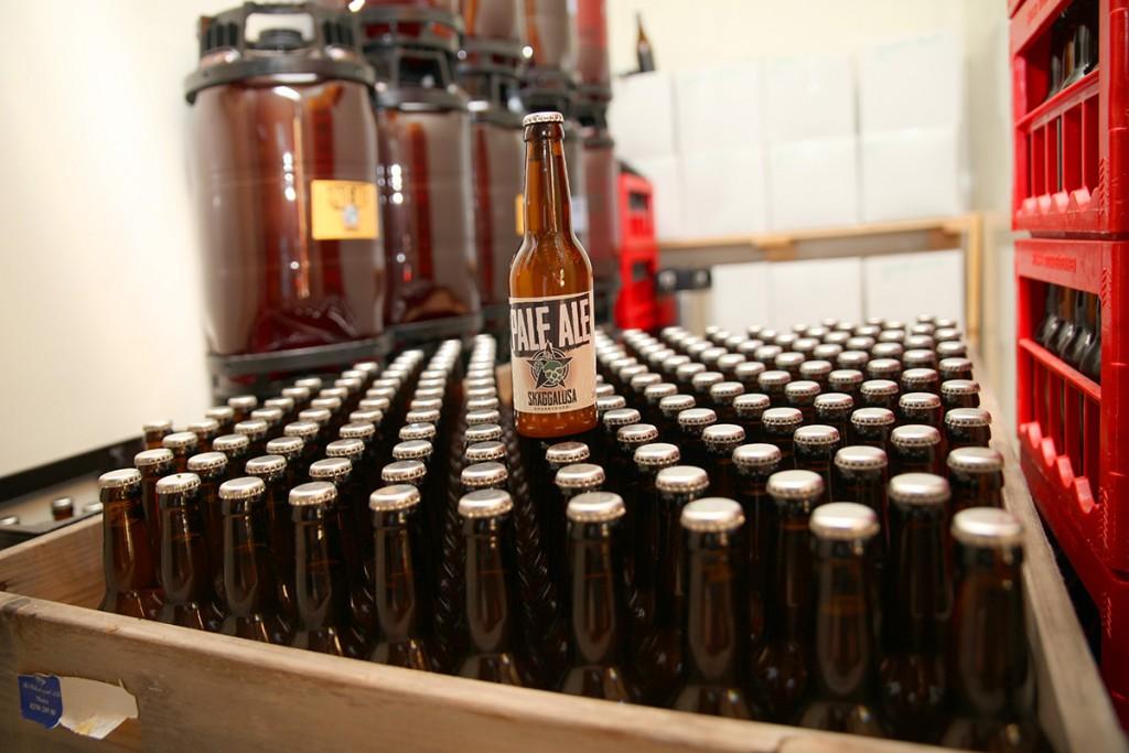 Skäggalösa Ångbryggeri har satt en ära i att göra öl som är anpassat för vanligt folk. Björn började med 22 liters satser och använder dessa fortfarande idag. De passar utmärkt till de 19 liters keggar (ölfaten till vänster) som kolsyresätts och fungerar som en fatölsanläggning i miniatyr på restaurangerna.
