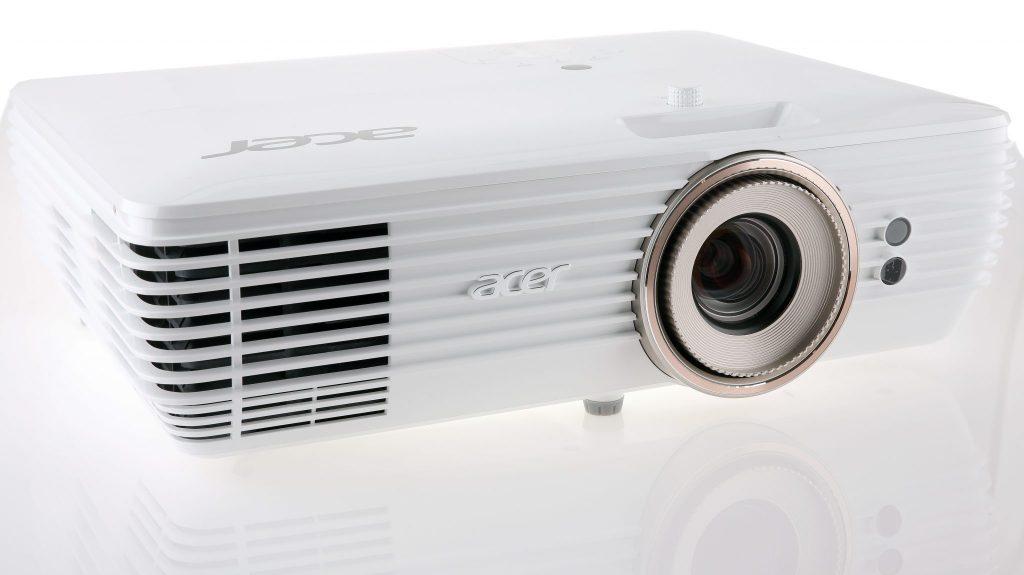 Acer V7850 är en UHD-projektor som klarar att visa UHD-material i riktigt stort format.