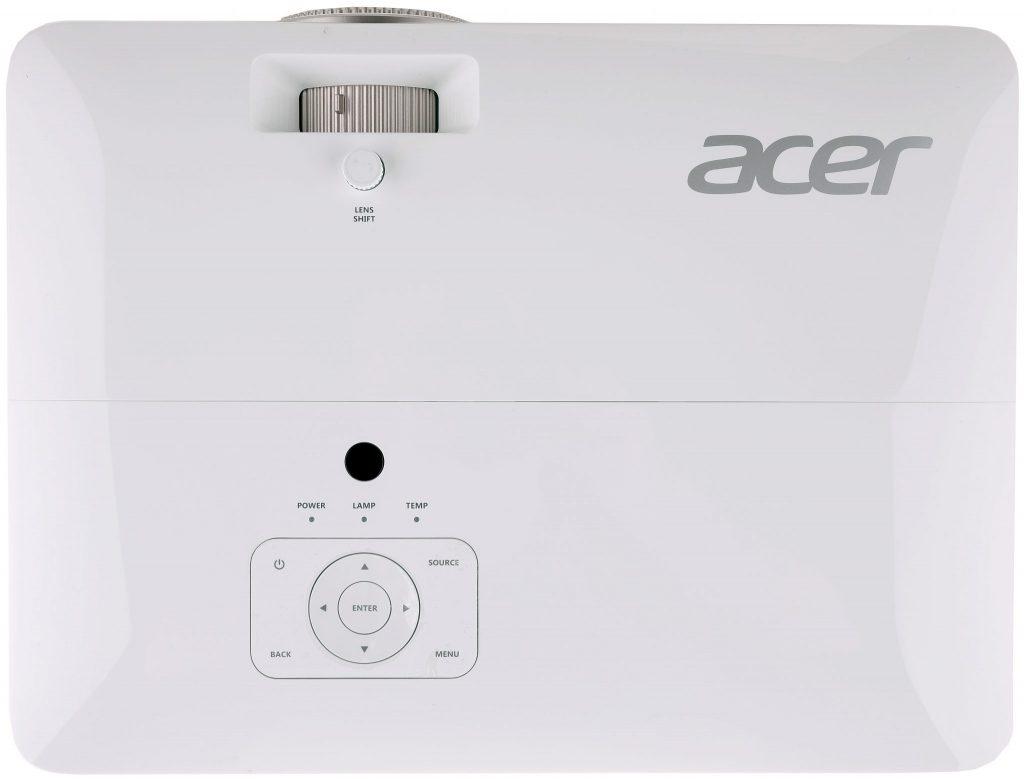 Acer V7850 kan även styras från ovansidan. I fronten tittar linsen fram och det finns även en möjlighet att justera bilden i höjdled med linsjusteringsratten.