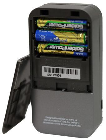 AlcoSense Pro drivs med tre AAA-batterier.