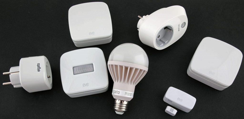 Prylarna vi testat med från Elgato och TP-Link. Vi testade även att ansluta två prylar som använder samma teknik, med som inte är HomeKit-kompatibla – Led-lampan Elgato Avea Bulb och fjärrströmbrytaren Smart Plug HS100 från TP-Link i mitten. Dessa fungerar utmärkt som fristående enheter med sina egna appar, men HomeKit vill inte kännas vid dem. Övriga enheter som visade sig fungera utmärkt är: Elgato Eve Energy Switch & Power Meter – fjärrstyrd strömbrytare med energimätning Elgato Eve Room Wireless Indoor Sensor mäter luftkvalitet, temperatur och luftfuktighet. Elgato Eve Weather Wireless Outdoor Sensor mäter lufttryck, temperatur och luftfuktighet. Elgato Eve Door & Window Wireless Contact Sensor Elgato Eve Motion Wireless Motion Sensor