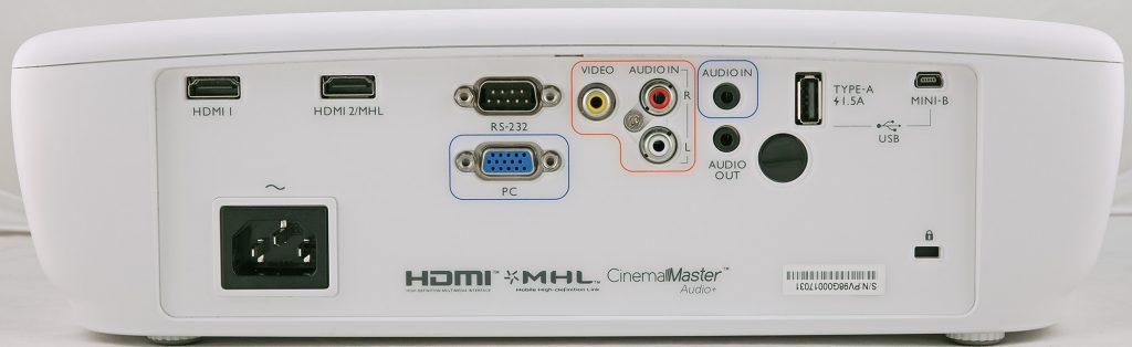 Väl rustad för många anslutningsalternativ. Notera ljudanslutningarna, BenQ W1090 kan plocka ljudet från hdmi och spela upp i den inbyggda högtalaren eller föra vidare analogt via ljudutgången.