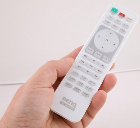 BenQ skickar med en välutrustad och väl upplyst fjärr med kanske väl många direktknappar till avancerade inställningsmöjligheter.