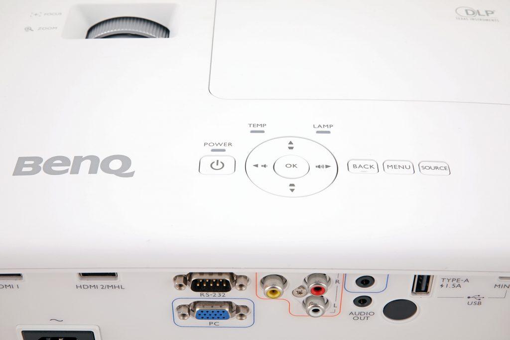 Det går fint att styra många inställningar direkt med knapparna på ovansidan av BenQ W1090.