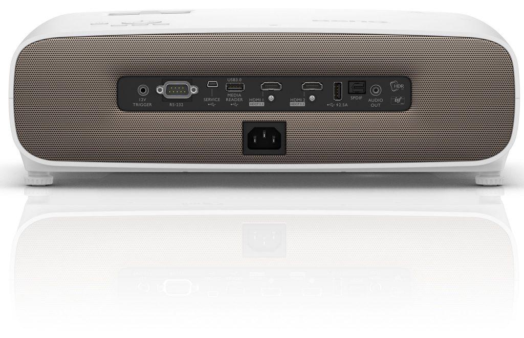Dubbla HDMI 2-ingångar, SPDIF och analogt ljud ut ger goda möjligheter i såväl vardagsrum som hemmabion. Sätt ett USB-minne med underhållning i medieläsaren så blir W2700 även en självständig underhållare!