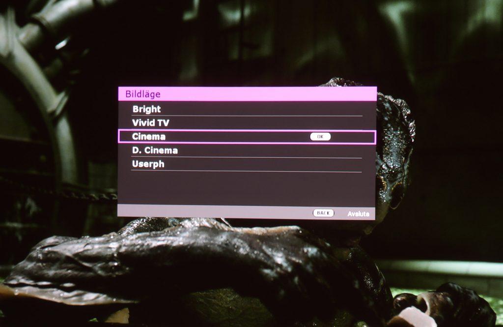 """W2700 har två olika kalibrerade lägen där D.Cinema använder och når upp till en stor del av biofärgrymden DCI-P3 medan Cinema-läget använder sig av den mer """"normala"""" färgrymden Rec.709 som idag är standard för tv och film."""