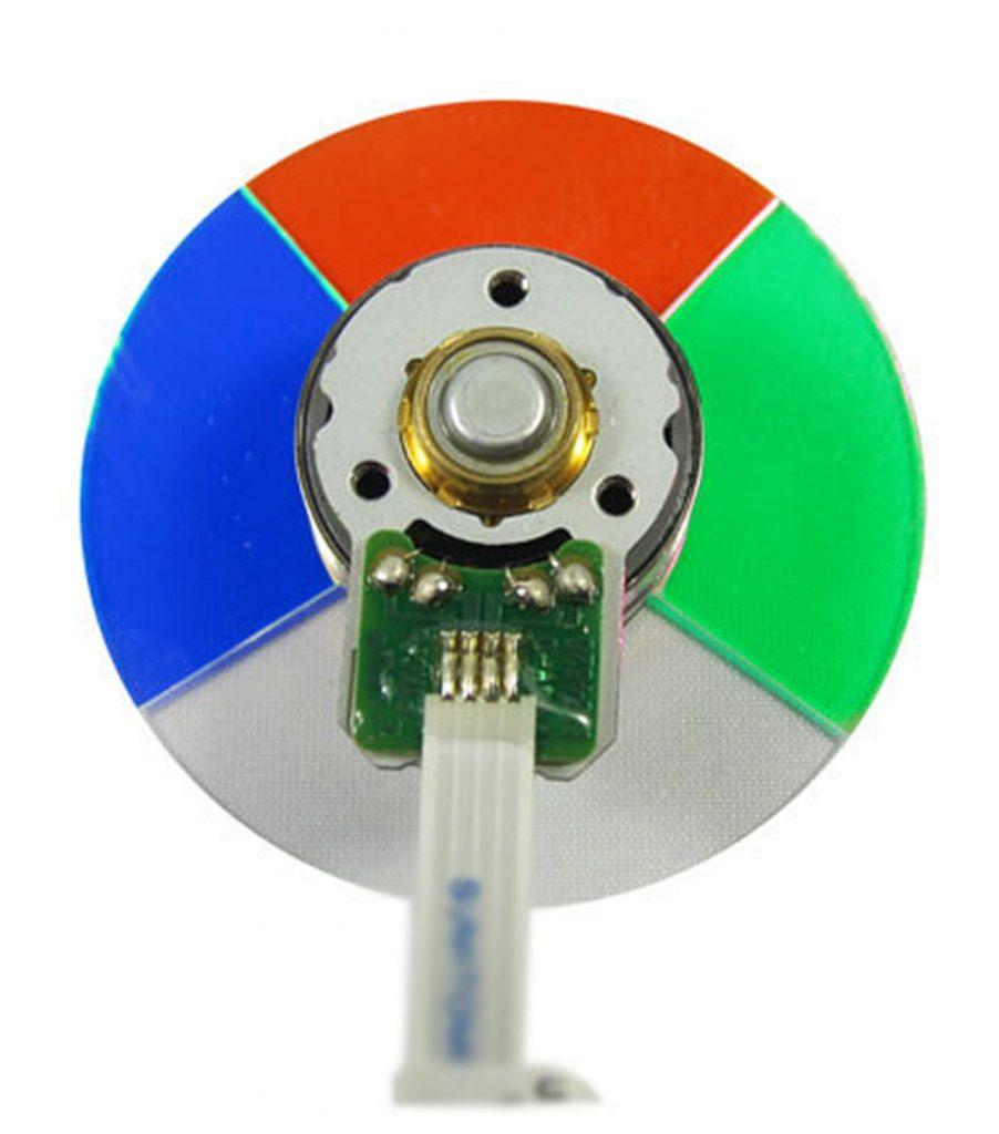 Ett färghjul med vita inslag ger möjlighet till högre ljusstyrka och används vanligtvis av presentationsprojektorer. Benq använder även denna teknik i TK800 tillsammans med en smart styrning för att optimera flera olika användningsområden inklusive fotboll och idrottssändningar.