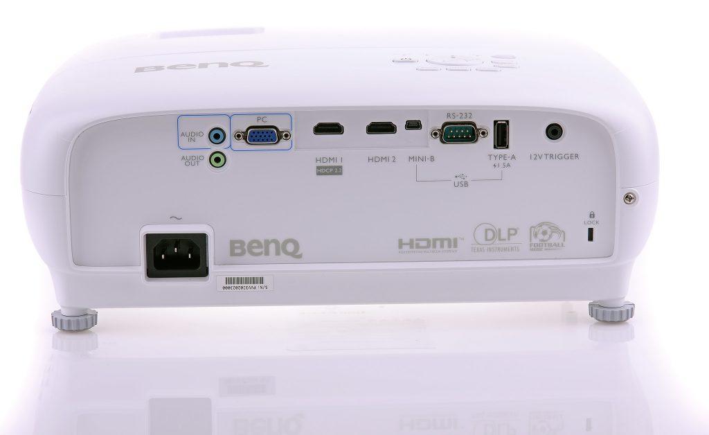 Benq W1700 och TK800 har samma anslutningar på baksidan, vga och dubbla hdmi där endast den ena klarar 4K/UHD-upplöst material.