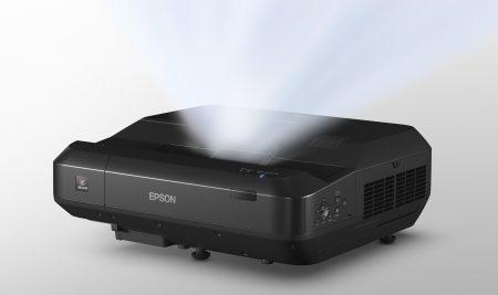 Epson LS100 levererar bilden vidvinkligt med hjälp av laserbaserat ljus.