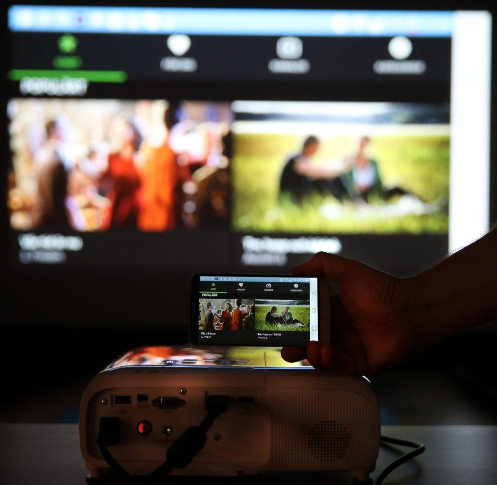 Strömma SVT Play från mobilen till projektorn. Det är lätt med Epson EH-TW5650.