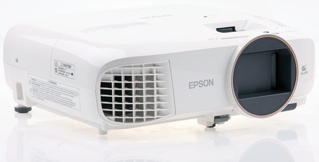 Epson EH-TW5650 är en full hd-projektor med 3D-stöd som använder 3LCD-teknik och ger riktigt bra bild för pengarna.