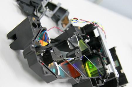 I en LCD-projektor lyser lampan igenom tre LCD-paneler och ett antal linser. Damm på paneler och linser ger sämre bild, så se till att inte blåsa in damm i projektorn.