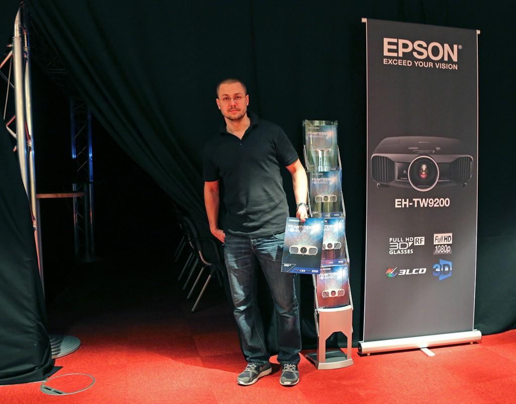 Peter Bloch på Epson visar in till det mörklagda biorummet där Epsons senaste toppmodell TW9200 skjuter mot en vit Grandviewduk i 2.35:1 format. Imponerande.