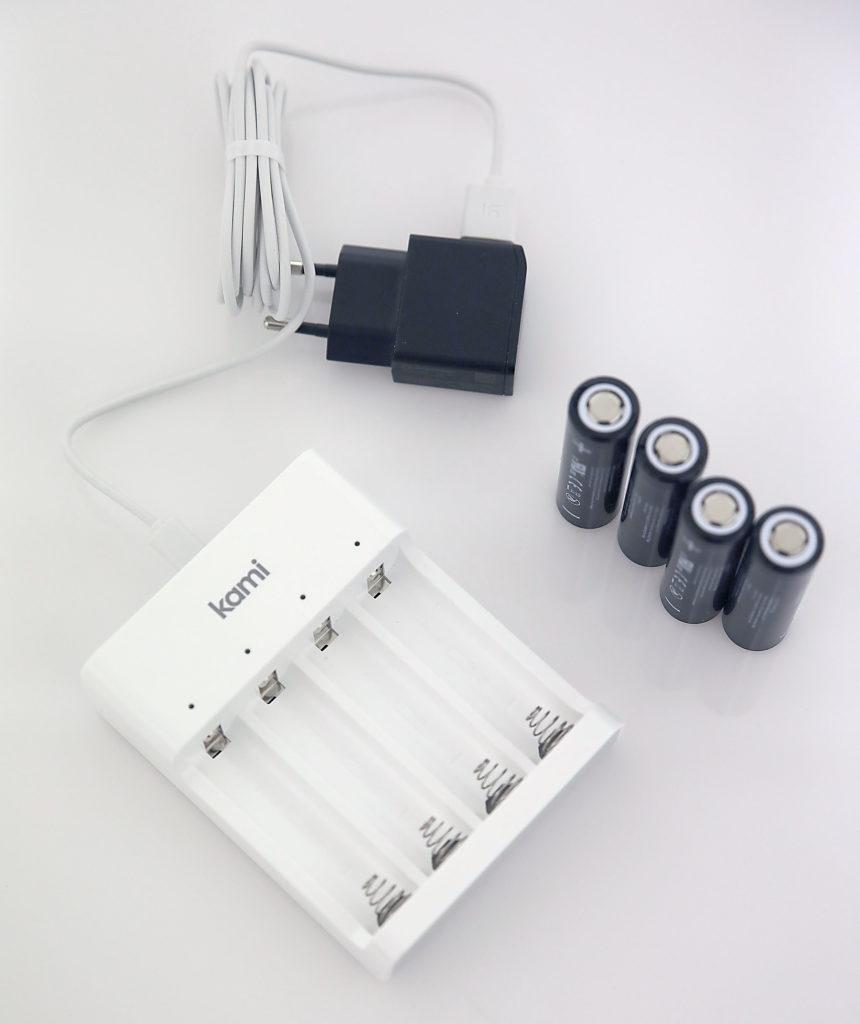 När batterierna behöver laddas sker det i en medföljande extern batteriladdare vilket innebär att du måste plocka ur batterierna ur kameran och sätta tillbaka dem när de laddats.