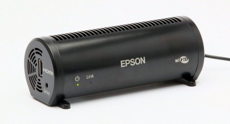 Den trådlösa sändaren har en räckvidd på 10 meter och kan ersätta en hdmi 1.4-kabel till projektor. Mottagaren sitter inbyggd i projektorn.