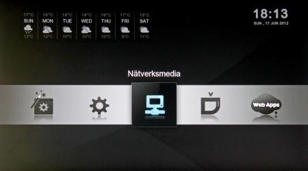 Menysystemet är på svenska, men apparna, som ger väder och tid är inte översatta.