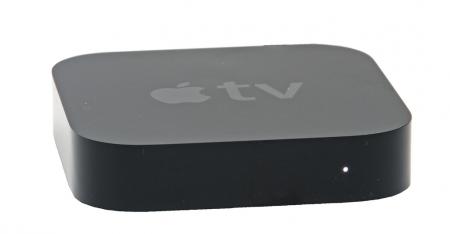 Apple TV är inget vidare på att agera självständig mediebox, men en svårslagen Airplay-pryl och en fantastisk underhållningsförmedlare mellan en I-pryl och en teve. Med en Apple TV ansluten till din hemmabio är det hur enkelt som helst att spela upp mediefiler som musik, bilder och SVT Play direkt från en I-pryl.