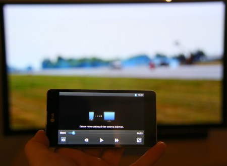 LG har byggt in en extra funktion som gör att telefonen kan agera fjärrkontroll när film Miracastas på en teve. Då får du även möjlighet att göra annat med telefonen under tiden.