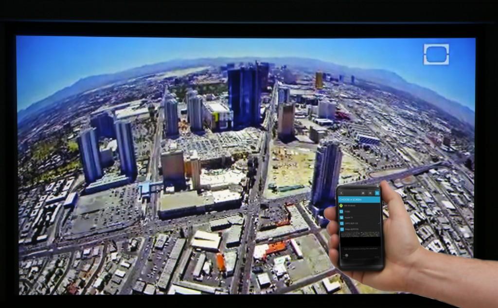 Det går att strömma underhållning direkt från en dator eller smartphone med DLNA-stöd som här där appen iMediashare strömmar ett tv-program från Discovery till Oppo BDP-103 som i sin tur spelar upp till projektorn.