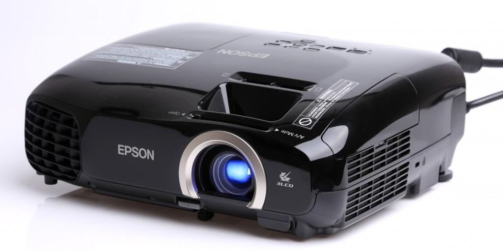 Epson EH-TW5200 är en utmärkt vardagsrumsprojektor för spel, tv och strömmande media.