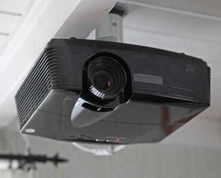 Med projektorn långt bak upphängd i vardagsrumstaket blir du av med både ljud och varmluft. Och nej, bilden blir inte upp och ner. Alla projektorer kan vända bilden rätt oavsett upphängning.