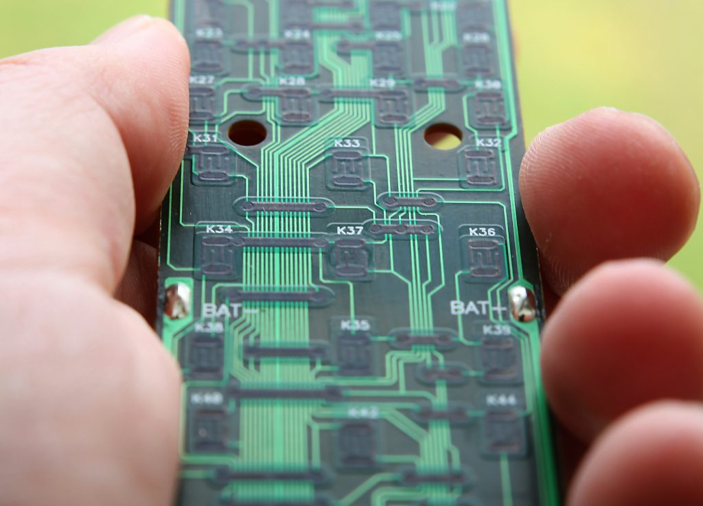 Diska inte kretskortet, det kan du torka rent med en fuktig trasa och putsa lite extra på de kontaktytor som fungerar dåligt.