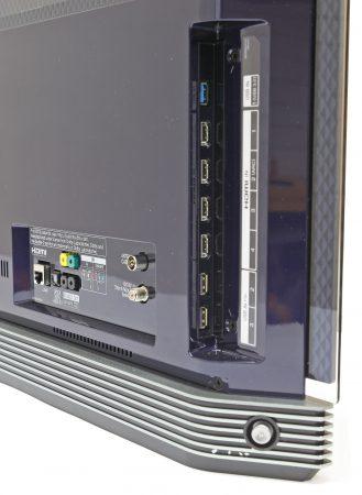 Fyra hdmi, tre usb och antenningångar för marksänt, kabel och satellit. Dessutom finns en Ethernet-anslutning jämte wifi, komponent samt optisk, digital och analog ljudutgång.