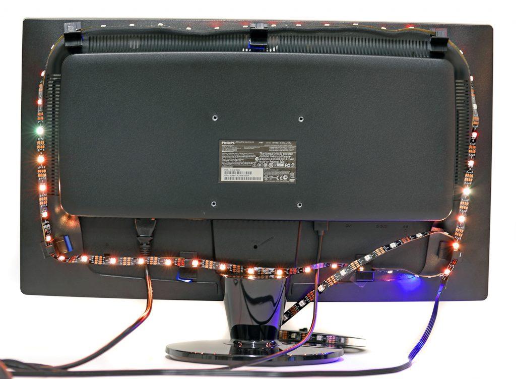 LED-slingan monteras på baksidan av en tv med hjälp av självhäftande hållare för slingan.