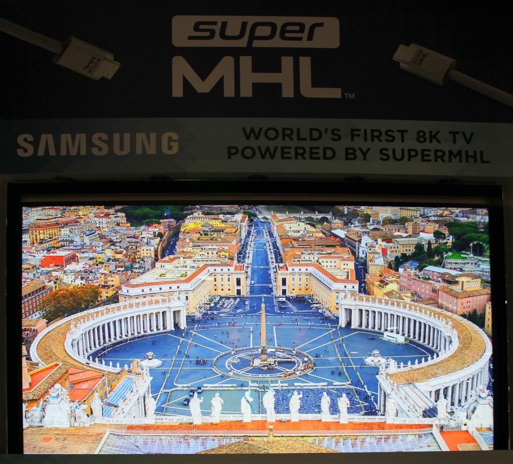 MHL visar världens första superMHL-matade 8K-tv.
