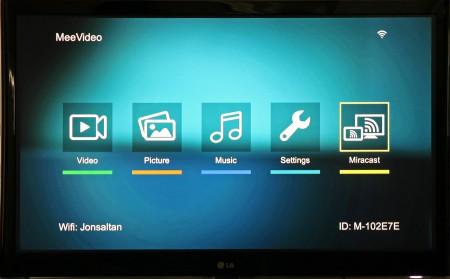 Startmenyn i MeeBoss M200 gör det möjligt att spela upp usb-ansluten underhållning eller Miracast.