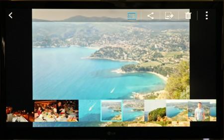 Tack vare att skärmdelningen speglar mobilens bildskärm på teven blir det enkelt att navigera och bläddra på telefonens skärm.