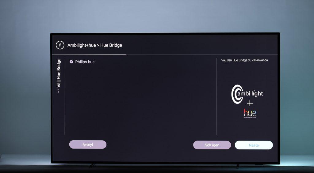 Ambilight kan även samarbeta med Philips smarta belysningssystem Hue och få valda Hue-lampor i hemmet att spela med ljus och färg i takt med tv:ns egna Ambilight-system!