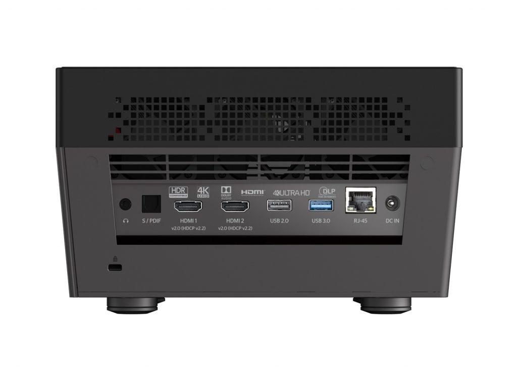 Bra där – dubbla hdmi med stöd för UHD, 2x USB där man kan mata mediespelaren med eget innehåll, Ethernet (och WiFi), analogt och digitalt ljud ut så att man även kan använda en extern ljudåtergivare när man spelar upp från projektorns egna källor.