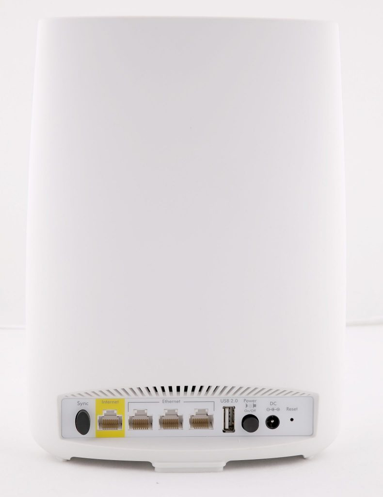 På baksidan återfinns fyra 1 Gbit/s Ethernet-anslutningar varav tre kan användas för att ansluta trådbaserad utrustning och den fjärde för att ansluta huvudstationen till nätet. Klientstationen har dock fyra lediga Gbit/s-portar och usb 2.0.