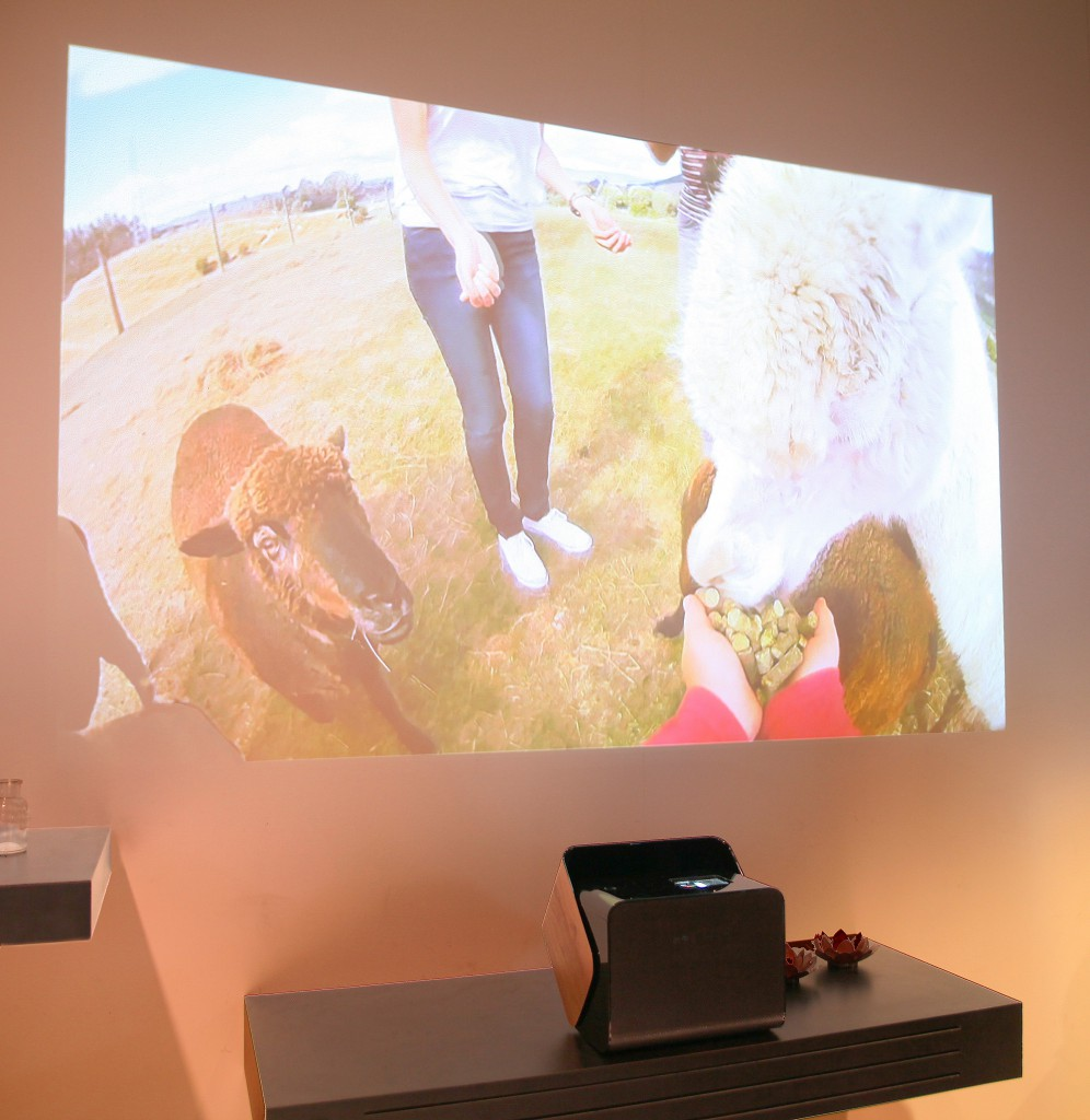 Panasonics prototyp till 4K laserprojektor visades mot en inte helt slät vit vägg vilket inte gav den bästa bilden.  Katie Samuelson på Panasonic berättade dock att de ville visa hur portabel och smidig den designade laserprojektorn är att ta med för att visa bild överallt.