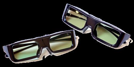 Panasonics 3D-glasögon är aktiva, väger 34 gram och använder Bluetooth 3.0 för att kommunicera med teven. När du sätter på 3D-glasögonen visas anslutnings och batteristatus längst ner till höger på teven. 3D-glasen drivs med ett knappcellsbatteri (CR2025) och klarar upp till 75 timmars kontinuerlig användning. Två par följer med från början.