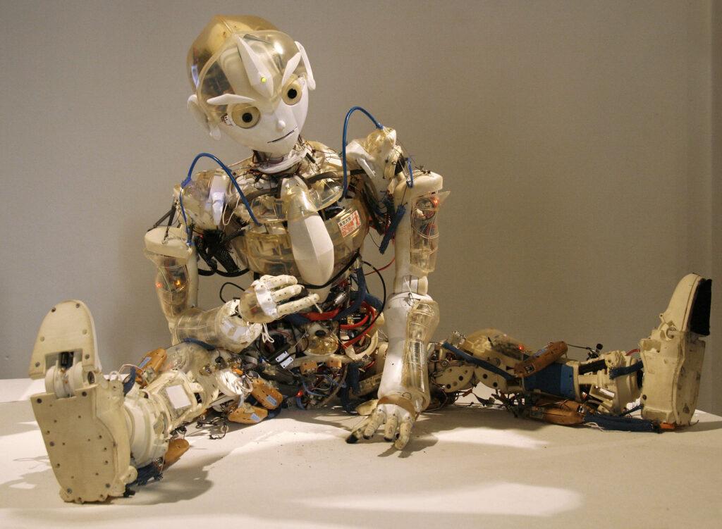 Kotaro, en humanoidrobot skapad på University of Tokyo, uppvisad på University of Arts and Industrial Design Linz under Ars Electronica Festival 2008. Bildkälla: Manfred Werner – Tsui, Wikimedia