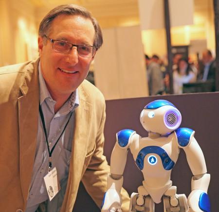 Mark Williams, vd på RxRobots med företagets Medi-robot.