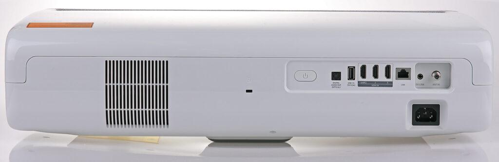 Tre HDMI, digitalt ljud, USB, LAN och antenningång hittar du på baksidan, som är den sida som är vänd mot väggen där bilden projiceras.