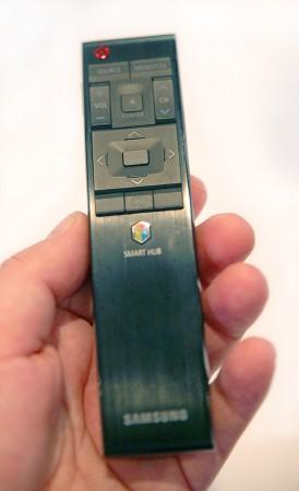 Samsungs fjärrkontroller har inte precis varit de mest enkla att använda, men det blir ändring på det nu. Samsung har undersökt vilka knappar som verkligen används flitigast och tagit fram en fjärrkontroll med enbart dessa knappar. Resten nås med gester i ett flerdimensionellt menysystem i tv:n.