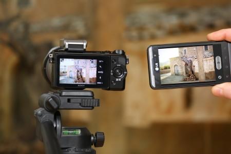 Med appen Smart Remote Control i Sony Nex-5R och Play Memories i en smartphone kan du ställa kameran på stativ och använda telefonen som fjärrkontroll för att se motiv, göra inställningar och ta kort.