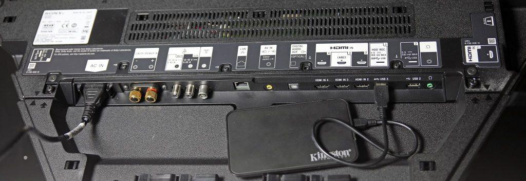 Allt du behöver och en del över. Sony-tevens anslutningar sitter på baksidan av det utfällbara stödet och är riktade nedåt så att de inte ska hindra väggmontering. Du hittar även några ytterligare på sidorna som kan användas för tillfälliga förbindelser.
