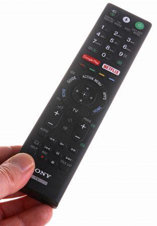 Rörig och svart utan belysning eller mångsidig och smart? Det finns drag av både och på Sony-tevens fjärrkontroll som nog bara kräver lite tillvänjning för att bli optimal.