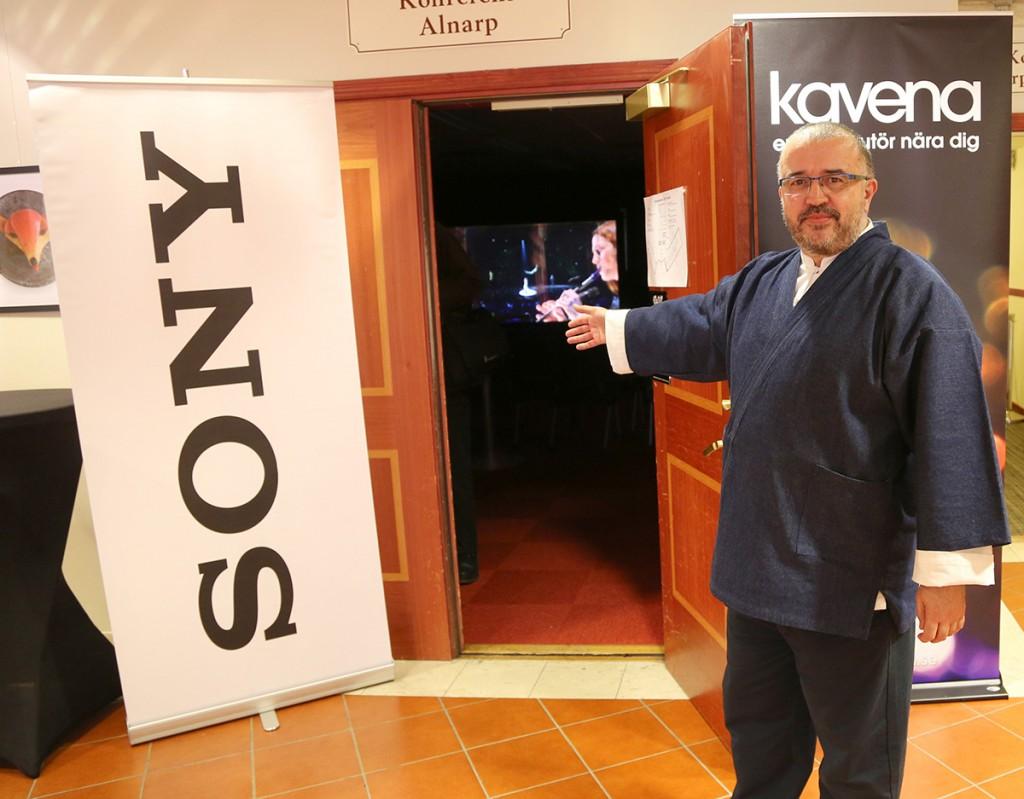 Patrik Klangerstedt på Kavena visade Sonys senaste projektorer i olika miljöer. VPL-HW55ES med Drapers nya High-Performance-XS850E omväxlande i mörker och i ett upplyst rum. Om man bortser från svärtan som ju är svår att återge i ett ljust rum är det imponerande att se hur bra bild det ändå går att få med så mycket ljus runtomkring. Längre in i en mörklagd biogrotta visades Sonys 4K-projektor med 4K-material på en Steward StudioTek 130-duk. Varning, vill ha-faktorn är grymt stark.