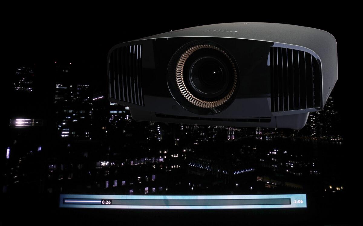 Sony VPL-VW590ES – nattens riddare i X1-kostym
