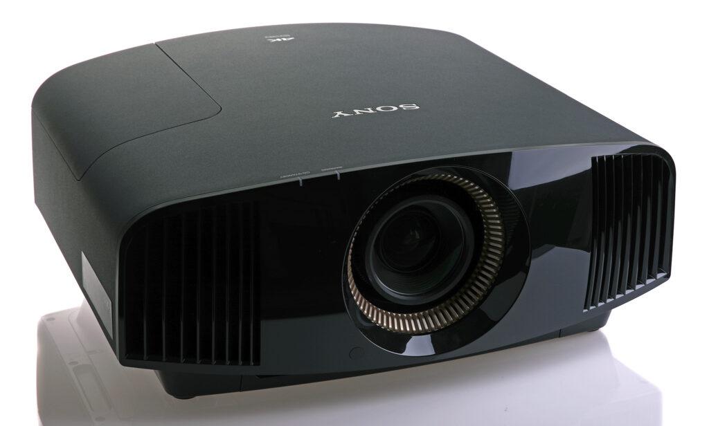 VW590 är en relativt stor projektor, men den rymmer mycket snacks och godis för hemmabion.