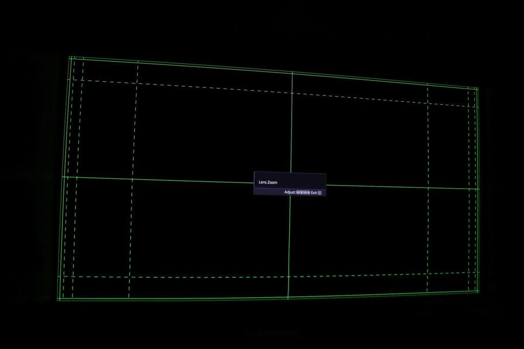 Zoom, linsförskjutning och focus är motorstyrt och sköts med fjärrkontrollen, men innebär även att man kan lagra och välja mellan ett antal olika bildformatslägen med olika zoomfaktor och få fokus justerad därefter med automatik.